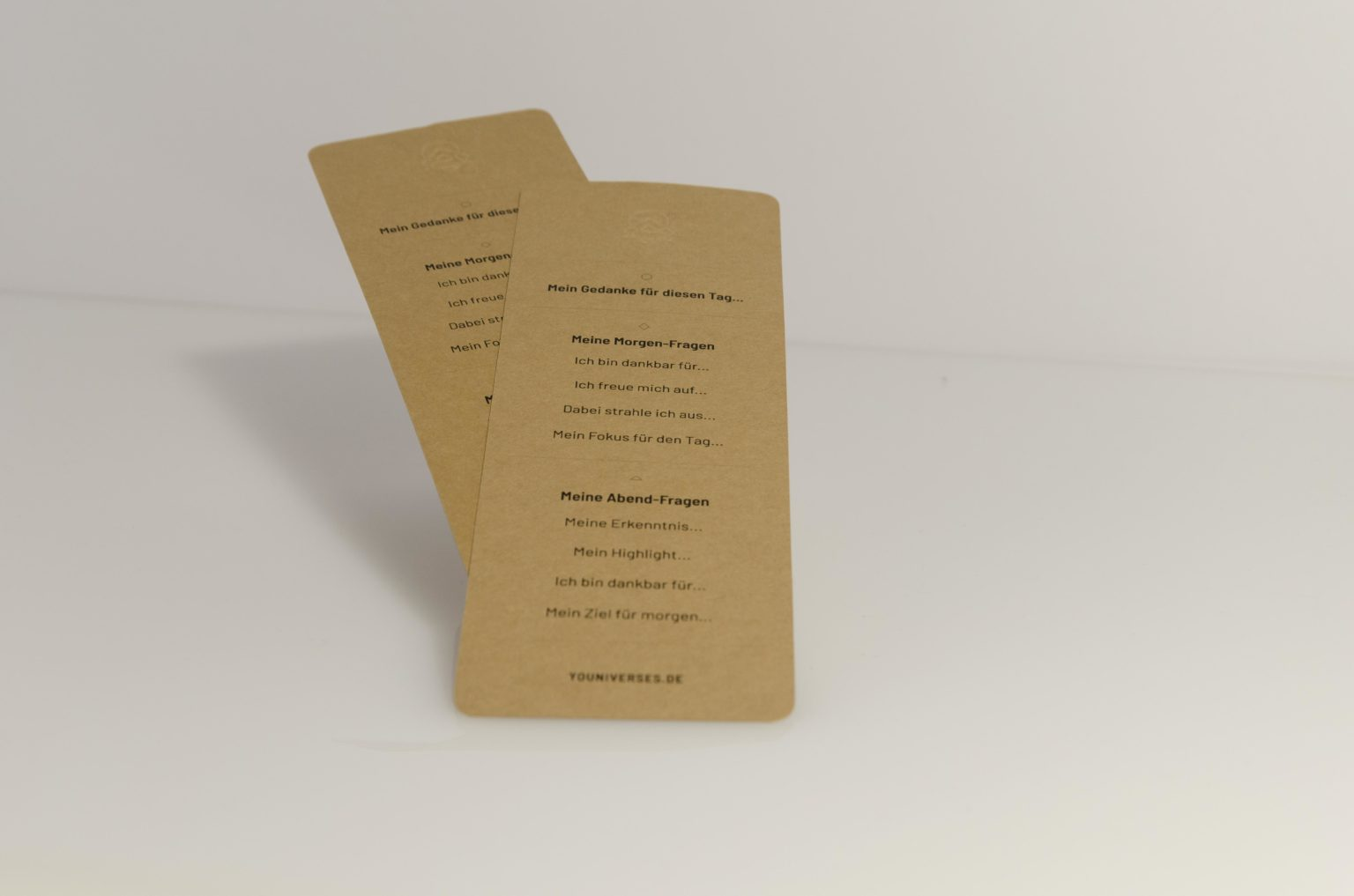 Das Journaling-Tool zum journaln, fokussieren, um ein Dankbarkeitspraxis und eine Routine in den Alltag zu integrieren. Das JOURNAL, das flexible Buch zum journaln, fokussieren, um ein Dankbarkeitspraxis und eine Routine in den Alltag zu integrieren. Journal. YOUNIVERSES Atelier für achtsames & spirituelles Design, Herdwangen-Schönach, Pfullendorf, Sigmaringen, Überlingen. Womenhood. Weiblichkeit. Female empowerment. Kunsthalle Kleinschönach.
