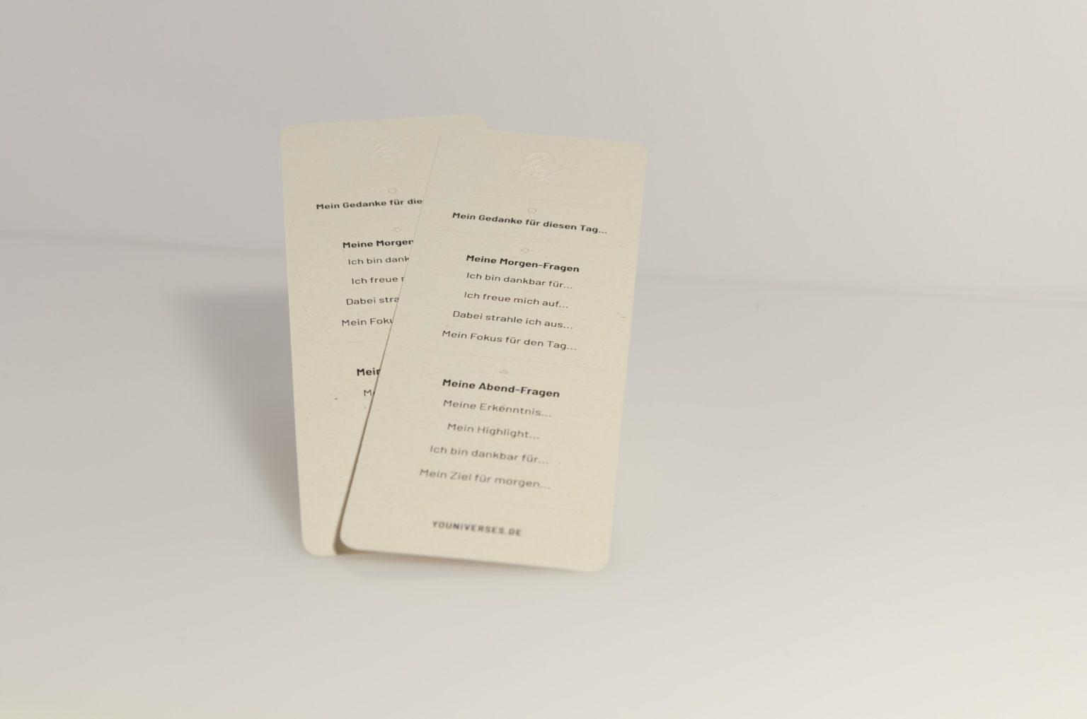 Yournaling-Lesezeichen, Journaling-Tool, Dankbarkeitroutine, • Material: Birkenholz • Eine Intentions für den Tag • Acht Dankbarkeits-Fragen • Maße 7,4 x 17 cm