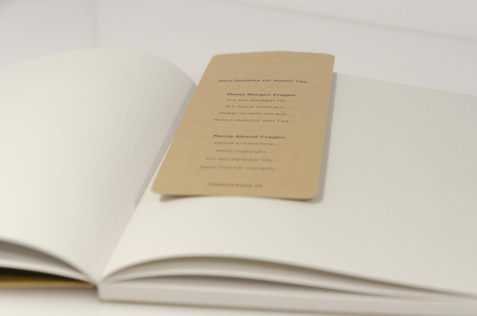 Journal, Journaling-Lesezeichen, Yournaling-Lesezeichen, Journaling-Tool, Set mit Yournal: • DIN A5 Yournal • Material: Birkenholz • Eine Intentions für den Tag • Acht Dankbarkeits-Fragen • Maße 7,4 x 17 cm