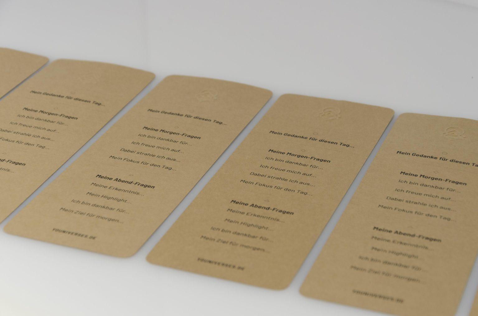 Das Journaling-Lesezeichen optional aus recyceltem Wurzelholz oder Birkenholz. Fragen für eine Dankbarkeitsroutine. 5-Minuten Tagebuch. Achtsamkeit. Das JOURNAL, das flexible Buch zum journaln, fokussieren, um ein Dankbarkeitspraxis und eine Routine in den Alltag zu integrieren. Journal. YOUNIVERSES Atelier für achtsames & spirituelles Design, Herdwangen-Schönach, Pfullendorf, Sigmaringen, Überlingen. Womenhood. Weiblichkeit. Female empowerment. Kunsthalle Kleinschönach.